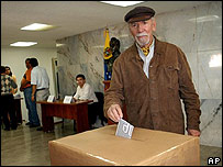Votante en el referendo en Venezuela