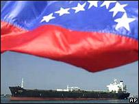 Bandera venezolana frente a buque petrolero