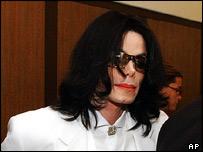 Michael Jackson arrives at court, 16 August 2004
