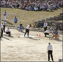 Спортсмены во время соревнований по толканию ядра