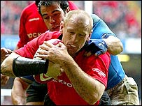 Gareth Thomas scores a try against Italy in the Six Nations
