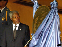 UN Secretary General Kofi Annan unveils an memorial plaque