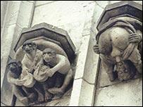 Monos (musulmanes) tocando el tambor. Hombre masturbándose, Ménsula del Antiguo Ayuntamiento, Colonia, Alemania.