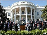 Bush en su discurso frente a la Casa Blanca.