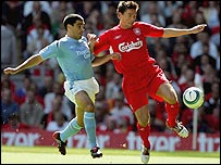 Man City's Claudio Reyna (l) challenges Harry Kewell