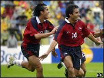 Equípo chileno celebra gol de Villaroel