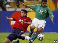 Gonzales de Chile ataja a Luis Ribeiro de Bolivia