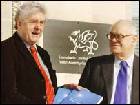 Lord Richards hands his report to Rhodri Morgan