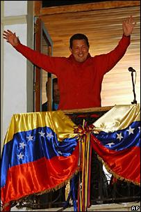 Уго Чавес празднует победу