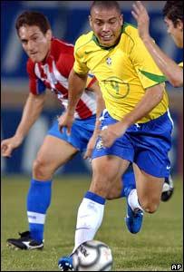 Ronaldo le pelea la pelota a Carlos Gamarra de Paraguay.
