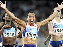 Kelly Holmes wins the 800m