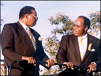 Bingu wa Mutharika (l) Bakili Muluzi (r)