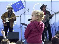 Los políticos de los países candidatos organizan conciertos para celebrar la integración de Europa.