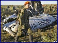 Солдат МЧС в районе падения Ту-134 в Тульской области