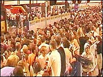 Crowds at Brighton station after the 2002 event