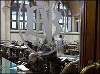 Persona leyendo en la biblioteca nacional.