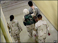US troops with prisoner at Abu Ghraib (archive)