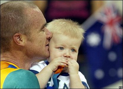 El peque�o Seth mordisquea la medalla de oro que gan� su padre, el australiano Stuart O'Grady