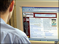 Computer user looking at the Linux website