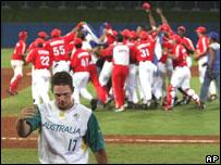 Cubanos celebran triunfo en béisbol.