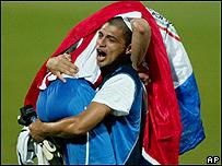 Futbolistas paraguayos celebran su paso a la final.