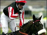 Amberleigh House ridden by Graham Lee  wins the 2004 Grand National