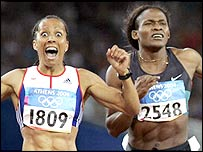 Kelly Holmes streaks past Maria Mutola to claim the 800m crown in Athens