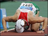 El atleta h�ngaro Janos Toth en la l�nea de llegada de los 50 km de marcha