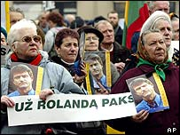 Supporters of Rolandas Paksas outside parliament