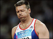 Steve Backley grimaces after a throw in the javelin final