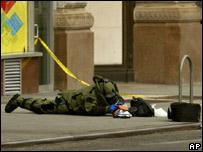 Efectivo de seguridad observa objeto sospechoso en Nueva York.