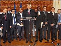 El ministro de Interior, Dominique de Villepin, con líderes de la comunidad musulmana francesa.