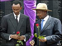 Rwandan President Paul Kagame (L) and Ugandan President Yoweri Museveni (R)