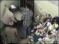 Food is winched down to inmates at Garcia Moreno prison in Quito, Ecuador, on 17 February 2004