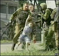 Militares rusos rodean la escuela en Beslan