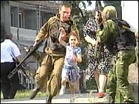 Военные спасают заложников из школы в Беслане
