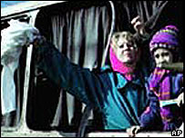 Kizlyar hostages wave from bus window