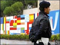 Policía italiano cuidando una reunión de la UE.
