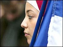 Musulmana participando en una manifestación en Francia.