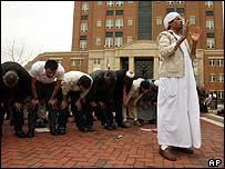 US Muslims pray outside courthouse in Alexandria