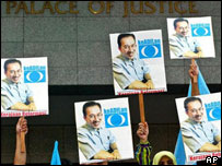 Supporters wave placards calling for Anwar's release, 01/09/04