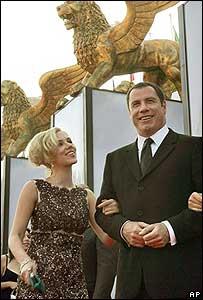 John Travolta y Scarlett Johansson en el festival de cinte de Venecia.