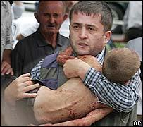 Niño es evacuado del colegio de Beslan