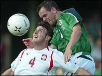 Stuart Elliott challenges Michal Zewlakov for a high ball