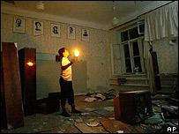 Un niño inspecciona el salón de literatura de la escuela.