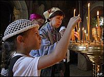 Las velas de las iglesias ortodoxas se encienden por las víctimas del secuestro.