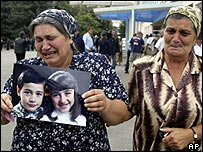 Unidentified mourners in Beslan