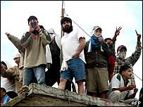 Inmates on the rooftop of Garcia Moreno prison