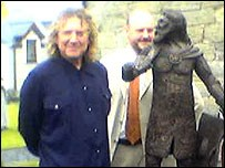 Robert Plant (left), Rev Geraint ap Iorwerth and a statue of Owain Glyndwr
