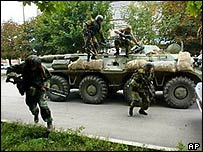 Russian commandos arrive outside the school in Beslan